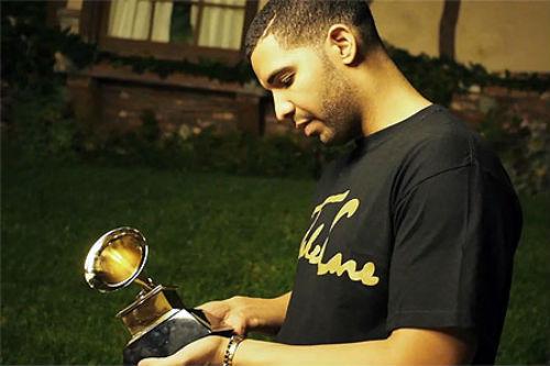 Drake-Holding-Grammy-Award-1