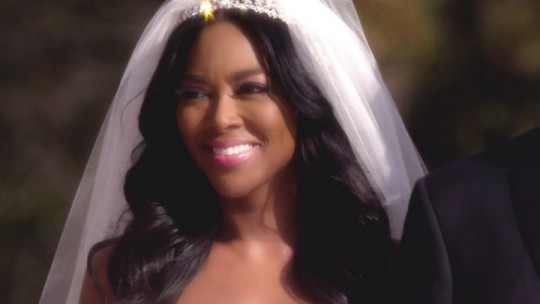 042815-centric-entertainment-kenya-moore-life-twirls-on-trailer