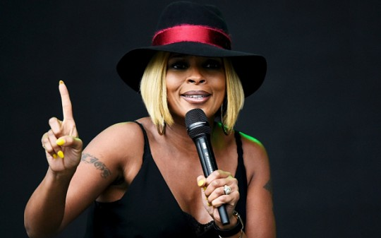 Singer Mary J. Blige performs on the Pyramid stage at Worthy Farm in Somerset during the Glastonbury Festival in Britain, June 26, 2015.  REUTERS/Dylan Martinez