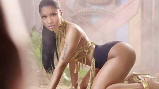 nicki-minaj-anaconda-video-1407141701-list-handheld-0